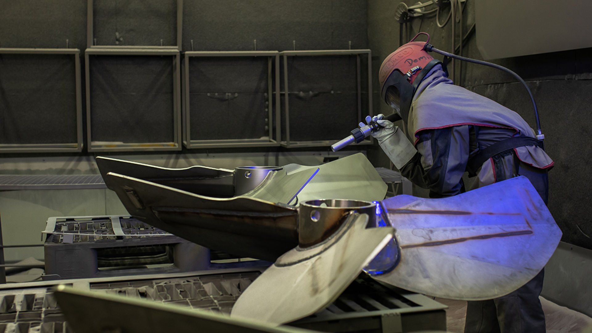 Mitarbeiter beim Bearbeiten von Flügeln