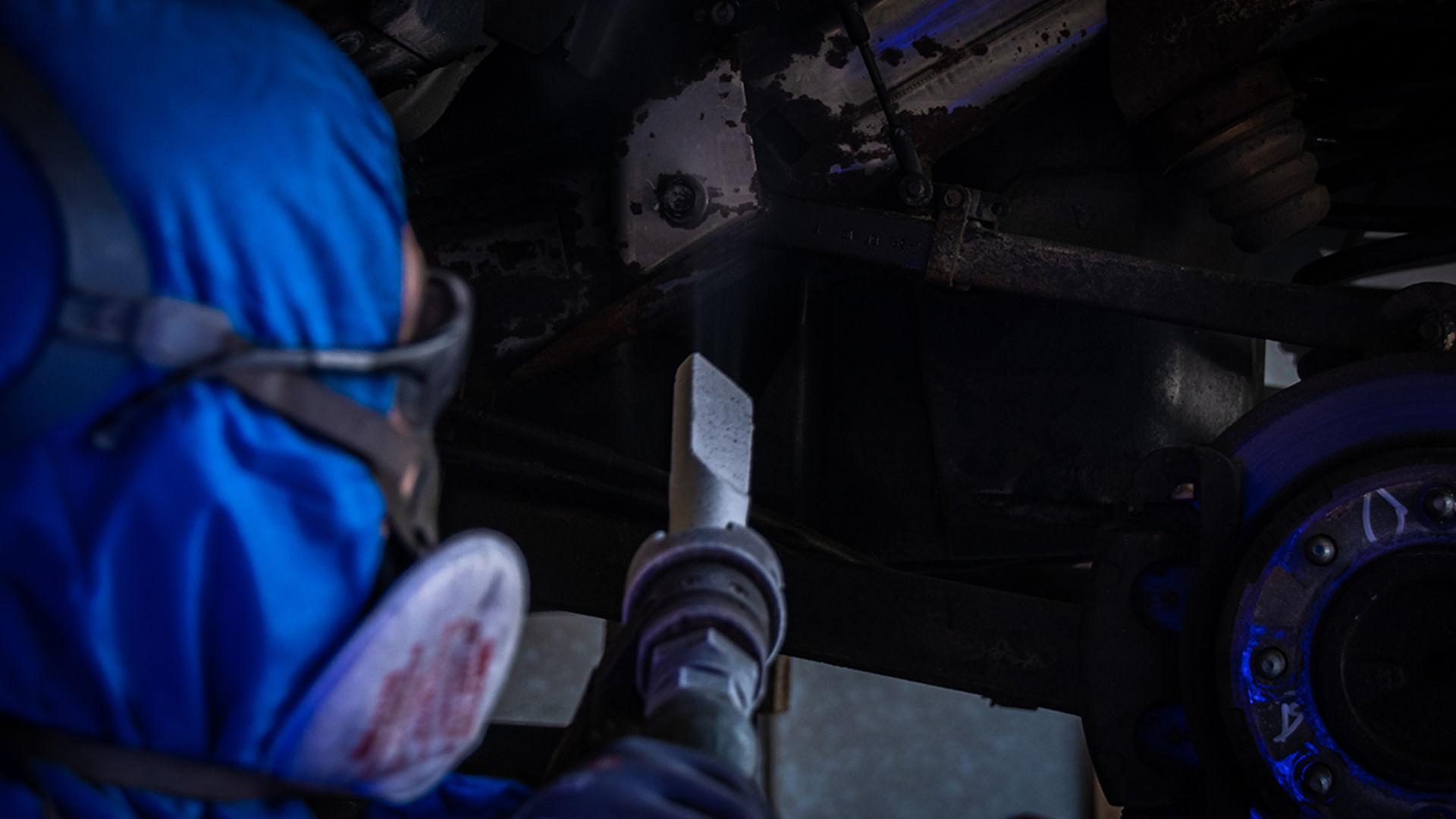 Schulterblick Mitarbeiter beim Trockeneisstrahlen