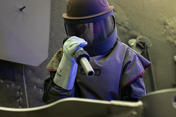 Hernicht Mitarbeiter bei der Arbeit mit Sandstrahlen